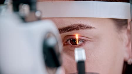 wzrok : ophthalmologist - bright light focused on the womans eyes Wideo