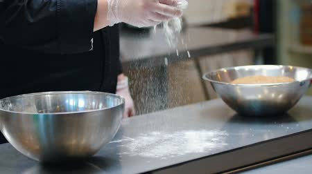 esfregar : KITCHEN - cook is sprinkleing flour on a countertop
