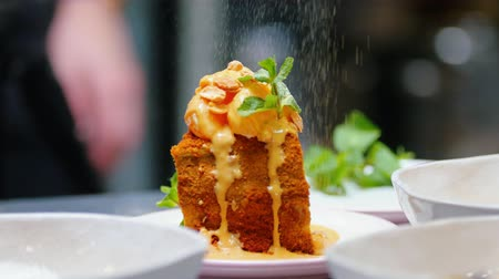 caramelo : Serving a honey cake with mint and sugar