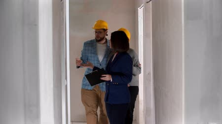 mülkiyet : A real estate agent showing a new draft apartment to a family