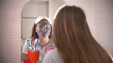 escova de dentes : A young pretty woman washes off the mask from the face Vídeos