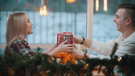 pincérnő : A couple in cafe - a man gives his girlfriend a christmas gift Stock mozgókép