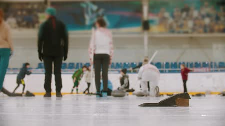 fegyelem : Curling training in the sport complex - different people training on the background Stock mozgókép