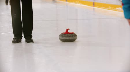 ondulação : Curling - leading granite stone on the ice