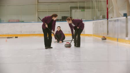 ondulação : Curling - leading granite stone on the ice - rubbing the ice before the stone Vídeos