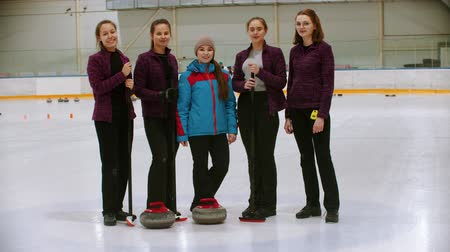 gránit : Curling training - the judge standing on the ice rink with her students