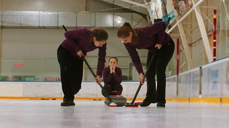 ondulação : Curling training indoors - rubbing the ice before the biter