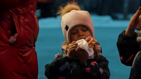 rosquinhas : Children drinking hot drinks and eating donuts outdoors Stock Footage
