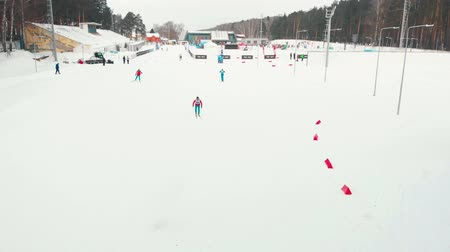 narciarz : RUSSIA, KAZAN 08-02-2020: Skiing competition in the middle of the forest
