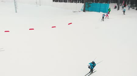 narciarz : RUSSIA, KAZAN 08-02-2020: Skiing competition - men skiing downhill towards the forest