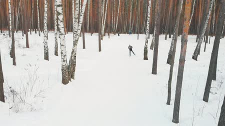 narciarz : RUSSIA, KAZAN 08-02-2020: Skiing competition outdoors - people skiing in the forest