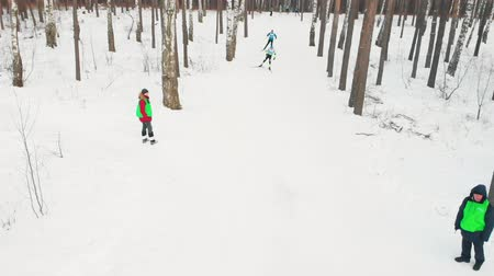 narciarz : RUSSIA, KAZAN 08-02-2020: Skiing competition in the forest