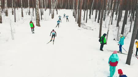 pista de corridas : RUSSIA, KAZAN 08-02-2020: Skiing competition for adult sportsmen in the snowy forest