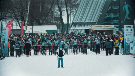 narciarz : RUSSIA, KAZAN 08-02-2020: Skiing competition - people waiting on the start Wideo
