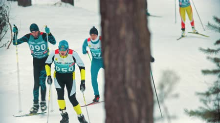 narciarz : RUSSIA, KAZAN 08-02-2020: Skiing competition - adult men skiing in the woods Wideo