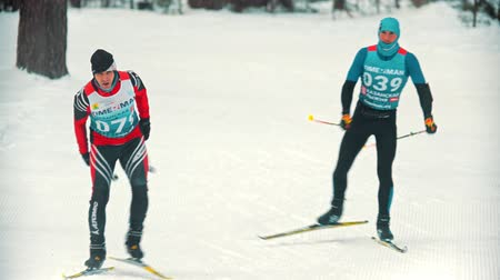 narciarz : RUSSIA, KAZAN 08-02-2020: Winter skiing competition outdoors - adult sportsmen skiing in the forest Wideo