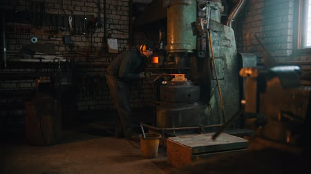 chamas : Forging industry - a man blacksmith working with a hot metal - making a knife