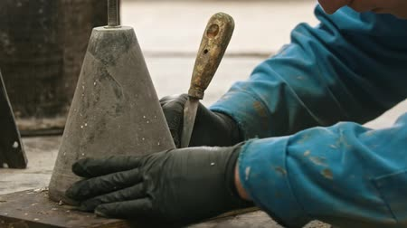 naprawa : Concrete industry - a man working with a chisel