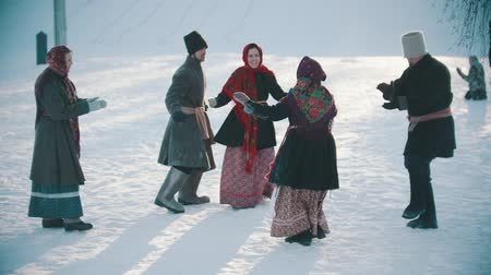 festividades : Russian folklore - funny russian people in traditional costumes are having fun on a sunny day
