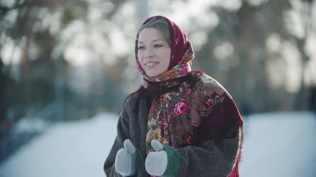 festividades : Russian folklore - beautiful russian woman in a scarf is clapping her hands and smiling