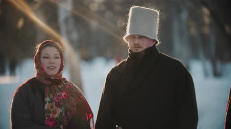 festividades : Russian folklore - Russian women and men are smiling at the camera