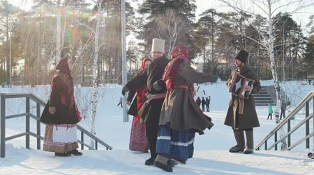 торжества : Russian folk - man and woman in Russian folk costumes are dancing traditional dance