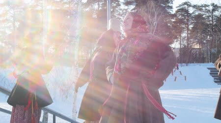 festividades : Russian folk - women in bright scarves are dancing with men in sunny weather Vídeos