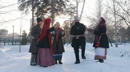 festividades : Russian folk - a group of people in traditional costumes are dancing in a circle and clappping Vídeos