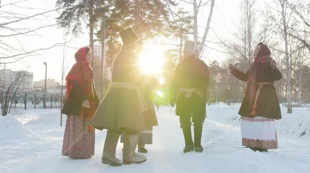 festividades : Russian folk - a man in felt boots is dancing to applause
