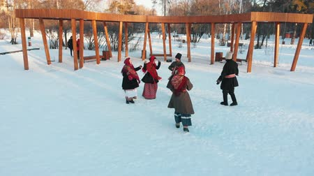 торжества : Russian folklore - happy russian people in costumes are dancing in the snow park