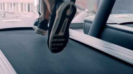 ginásio : A man in sneakers running on the treadmill Stock Footage