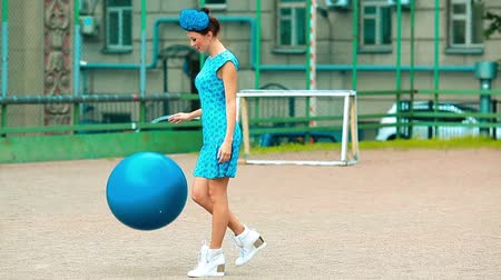 frizura : Girl in blue dress playing ball