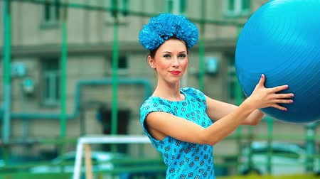 questão : funny girl in a blue dress with a ball