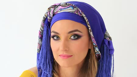 İslamiyet : Beautiful girl in arabian national clothes in studio on white backgraund Stok Video