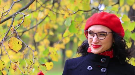 preocupações : The woman in the red beret adjusts her glasses and thinks Stock Footage