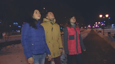 ninhada : Two girls and a guy looking up at the night sky. Are silent.