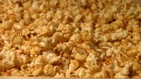попкорн : Popcorn on a green background. Slow motion. Close-up. Vertical pan. 3 Shots