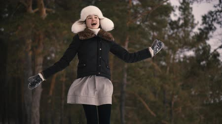 maska : Happy young woman jumps up in winter forest enjoying snow. Frosty winter day