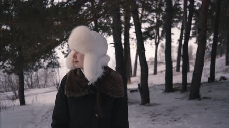 maska : Fashion young woman in the winter time. Walking thrue forest Wideo