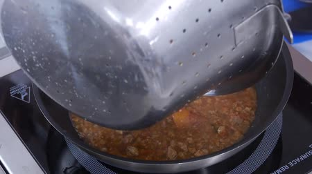 пармезан : Cooking spaghetti in a pan