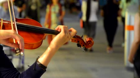 girl playing violin on the street Стоковые видеозаписи