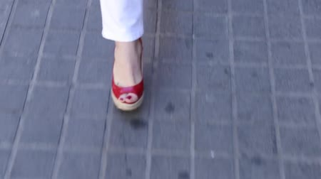 caminhada : Business woman legs in high-heeled shoes walking Vídeos