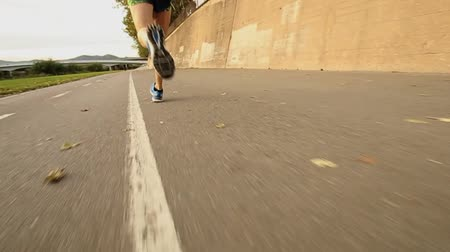 buty sportowe : Feet of a runner in action in slow motion Wideo