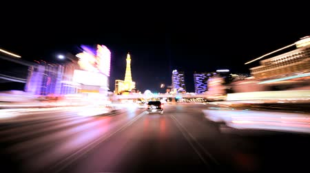 localização : Timelapse point of view of traffic and neon lights on the streets of Las Vegas at night Vídeos