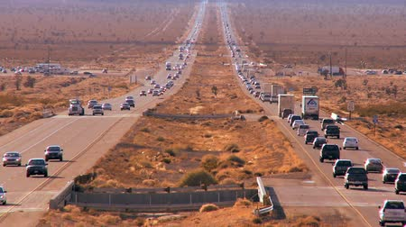 fosilní : Heavy traffic on dual lane highway through a desert landscape Dostupné videozáznamy