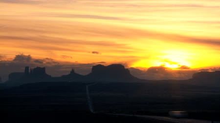 údolí : Time-lapse clouds at sunrise over roads & cliff formations of Monument Valley, Arizona