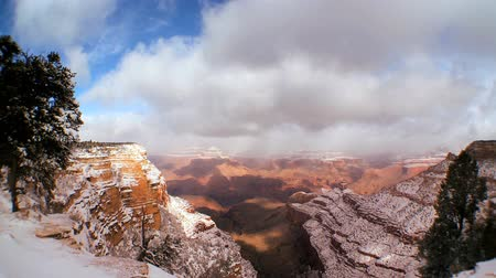 arenito : Time-lapse clouds over the snow covered sandstone rock formations of the Grand Canyon in winter