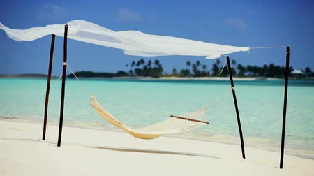rejtekhely : Hammock swaying on the white sands of an idyllic tropical beach