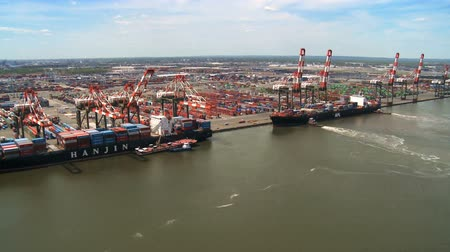 přístav : Aerial view of Ships loading at a Container Port, New York Harbor, Manhattan, North America, USA