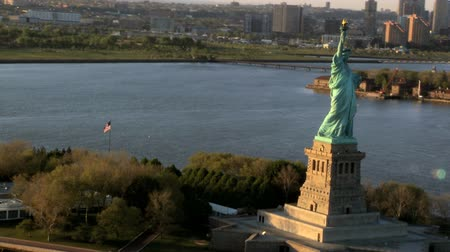 destinos : Aerial view of the Statue of Liberty, Ellis Island and Downtown Manhattan, New York, North America, USA